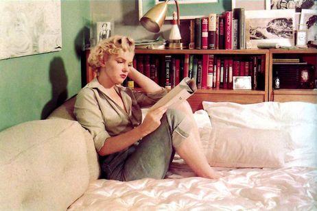 Marilyn Monroe reading 04